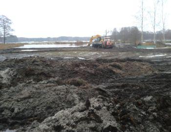Prace przy pogłębianiu stawu oraz  porządkowaniu terenu w grudniu 2017 roku